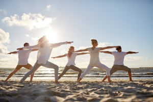 group doin yoga on beach knowing the benefits of yin yoga