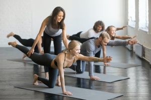 class with a teacher who found out how to become a yoga instructor